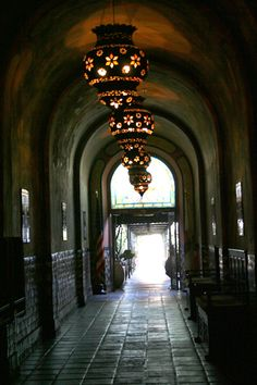A Los Angeles landmark, the Figueroa Hotel. Built in 1925, it is a shabby treasure. Stepping into its dimly lighted corridors from the bright street is like walking back in time.  #musiclandmark #music #history