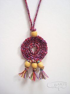 Colgante ganchillo y cuentas de madera. - CalpeArts                                                                                                                                                                                 Mais Bead Crochet, Diy Crochet, Crochet Crafts, Crochet Projects, Crochet Earrings, Textile Jewelry, Fabric Jewelry, Jewellery, Jewelry Crafts