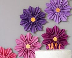 Se você está organizando e montando a decoração de sua festa sozinha, você pode investir em flores de papel sanfonadas, para decorar a parede atrás das