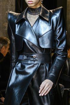 Thierry Mugler at Paris Fashion Week Fall 2017 - Details Runway Photos Runway Fashion, High Fashion, Fashion Show, Fashion Outfits, Womens Fashion, Trent Coat, Fashion Details, Fashion Design, Power Dressing
