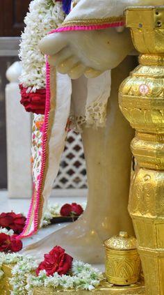 Sai Baba Pictures, Sai Baba Photos, Leg Pictures, Rama Image, Sai Baba Wallpapers, Shiva Wallpaper, Om Sai Ram, Whatsapp Group, Children In Need