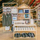 Das Interior Design kombiniert viel Holz mit Industrieleuchten und Metall-Elementen. Foto: Urban Outfitters