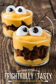Looking to make some creepy sweets for Halloween? Here are spooky Halloween dessert recipes. These Halloween Treats for Kids will be loved by all. Halloween Torte, Bolo Halloween, Recetas Halloween, Diy Halloween Treats, Halloween Cookies Decorated, Halloween Desserts, Halloween Food For Party, Spooky Halloween, Halloween Pizza