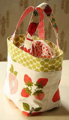 DIY Lunch bag Tutorial This is an adorable lunch bag. took me about 2 hours. Tute is good although I wish there was a cut list at the start