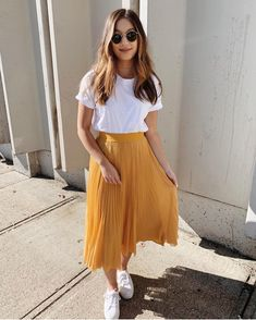 Outfits hermosos con faldas midi para darle un descanso a tus jeans Beautiful outfits with midi skirts to give your jeans a rest Yellow skirt fashion with sunglasses for summer discountedsunglas … Trendy Summer Outfits, Casual Skirt Outfits, Mode Outfits, Spring Outfits, Yellow Skirt Outfits, Casual Summer, Style Summer, Casual Church Outfits, Maxi Skirt Outfit Summer