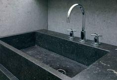 L'eau perle à la surface de la pierre bleue. Sa non-porosité agit comme un bouclier naturel au calcaire.   #PierreBleue #PierreBleueDuHainaut #SalleDeBain #Evier Design Bathroom Basin, Bathroom Wall, Long Bath, Upscale Restaurants, How Do You Clean, For You Blue, Timeless Elegance, Shower Tub, Bathroom Inspiration