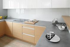 W kuchni zastosowano blaty laminowane imitujące beton jasny. Projekt: Beata Kruszyńska. Fot. Bartosz Jarosz.