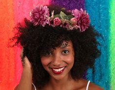 Um mundo de sonhos e desejos lhe esperam! A guirlanda é encantada.  Flores na cabeça, pés descalços e seus desejos realizados!. Código: 1940379