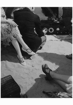 me at the beach. In a scene shot by Edward Steichen for Vogue (April a metropolitan crowd seemingly decamps to the shore (on Long Island, perhaps?) and a beachside bash unfolds. Edward Steichen, Alfred Stieglitz, Jeanne Lanvin, Ferdinand, Vintage Photographs, Vintage Photos, Vintage Vogue, Vintage Fashion, Women's Fashion