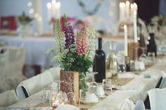 Emma och Niklas gifte sig den 4 juni i år framför en rustik gammal lada  strax utanför Jönköping. De skapade många dekorationer och smarta lösningar  själva såhär finns mycket inspiration att hämta.Det här bröllopet  innehåller nästan allt med sitt lantliga, bohemiska och romantiska  tema.Fot
