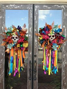 Scary But Creative DIY Halloween Window Decorations Ideas You Should Try 74 Halloween Rose, Theme Halloween, Holidays Halloween, Halloween Crafts, Holiday Crafts, Holiday Fun, Happy Halloween, Halloween Wreaths, Halloween Costumes