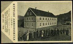 Rogaland Ryfylke RYFYLKE ARBEIDSKULE, SAND. Reklamekort med bilde av en stor gruppe foran bygningen Utg Sauda boktrykkeri Stpl. Sand 1934