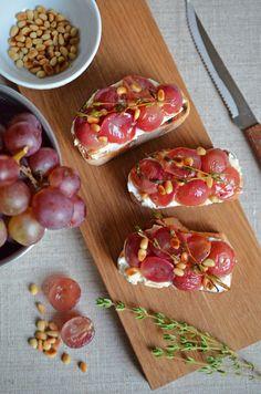 Hallo Herbst: Bruschetta mit Thymian-Trauben und Ricotta