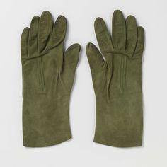 Anonymous | Pair of suede gloves with receding cords, Anonymous, c. 1900 - c. 1915 | Linker handschoen van groene suede, op de rug drie verspringende koorden.