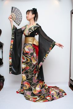 Aoyama Momo customizes customers' own kimonos into wedding dresses. While retaining the basic kimono shape, see-through sleeves and the large red lace on the back give it a nice modern touch!