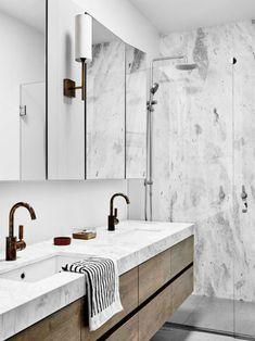 rénovation de salle de bain petit espace et meuble moderne en bois