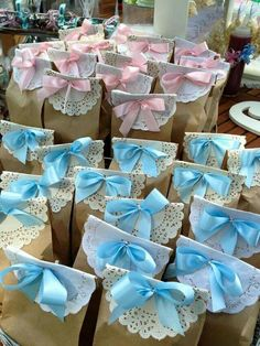 Baby Shower Favors Put different colored bows on the bags to differentiate the boys from the girls by lea Cadeau Baby Shower, Idee Baby Shower, Fiesta Baby Shower, Shower Bebe, Baby Shower Favors, Shower Party, Baby Shower Parties, Baby Shower Themes, Baby Boy Shower