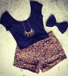 composiçao basica e bonitinha shorts de oncinha blusinha e laço azul marinho e colar dourado