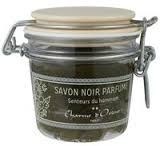 Pasta vegetal a base de oliva saponificado y enriquecido con aceite esencial de eucalipto hecho a mano por unos expertos de jabones de Marruecos.