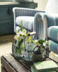Decorating with wire baskets. Wire Basket Decor, Basket Decoration, Wire Baskets, Table Decorations, Kids Furniture, Outdoor Furniture Sets, Furniture Plans, Deco Champetre, Cottage Style