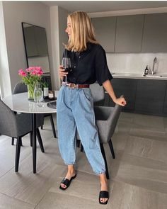 This simple outfit is a stylish way to get dressed for spring. Look Fashion, Daily Fashion, Winter Fashion, Guy Fashion, Fashion 2020, Ladies Fashion, Fashion Pants, Fashion Fashion, Street Fashion