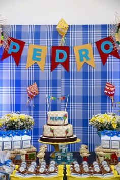 Junina Party Panel: How To Create 60 Creative Panel Ideas Moana Party, Boy Birthday, Birthday Parties, Small Flags, Cake Table, The Balloon, Baby Party, Cool Walls, Balloons