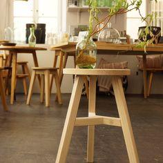 Tische und Hocker aus Holz, die Geschichten erzählen und mit den Jahren immer schöner werden | creme münchen