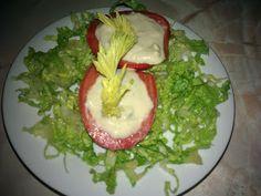 TOMATE RELLENO CON ESPUMA DE APIO (celery)  Espuma de apio (ver receta abajo)  1 tomate PREPARACION Cortar el tomate y ahuecarlos,  luego rellenar con la espuma de apio, llevar a la heladera  Proteína 20 gramos, fibra 3.1 gramos.  ESPUMA DE APIO  (celery) 2 oz de atún  1/2 taza de tofu  1 cuchara de jugo de limón  1 cuchara de pimienta negra  1 taza de apio (celery)