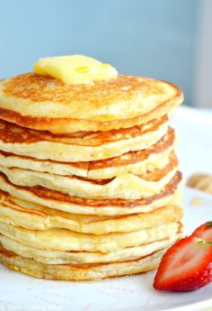 Easy Fluffy American Pancakes. Back to basics today, with the easiest pancakes recipe ever. With only 6 ingredients and 2 minutes preparation, you get the perfect fluffy American pancakes for breakfast! Pancake Recipe Easy Fluffy, Easiest Pancake Recipe, Basic Pancakes Recipe, Pancakes From Scatch, Beignets, Brunch Recipes, Sweet Recipes, Breakfast Recipes, Cake Recipes