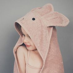 Liewood – badcape Mr Beer – roze – 100 x 100 cm Liewood – badcape Mr Beer – roze – 100 x 100 cm - Unique Baby Bathing Newborn Outfits, Kids Outfits, Cape Bebe, Kids Hooded Towels, Baby Barn, Baby Gadgets, Baby Towel, Unique Baby, Organic Baby