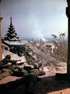 World War Two Asia March 1945 The road to Mandalay Burma Indian machine gun soldiers on Mandalay Hill during the Battle for Fort Dufferin against the...