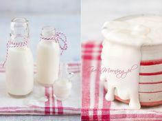 Prosta metoda jak bez użycia jogurtownicy zrobić domowy jogurt. Różne sposoby na poprawienie konsystencji jogurtu. Jak zrobić jogurt gęsty a jak aksamitny. Jakiego mleka użyć do robienia jogurtu. Zdjęcia jogurtu.