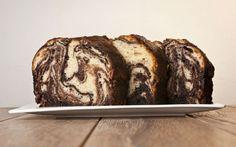 Mozaik pasta olur da mozaik kek olmaz mı? Olur, hem de iki renkli lezzet dalgaları şeklinde yayılan bu kek, çok da güzel olur.