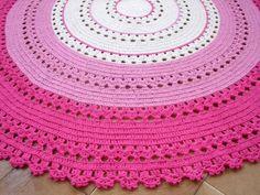Tapete de crochê redondo de 150cm de diâmetro.  Alegre, moderno e aconchegante para decoração de quartos infantis.    Confeccionado com barbante cru e barbante colorido rosa e pink.    Pode ser feito sob encomenda nas cores de sua preferência e em outros tamanhos.