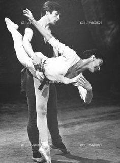 Rudolph Nureyev & Margot Fonteyn rehearsing for 'Giselle' Margot Fonteyn, Ballet Poses, Male Ballet Dancers, Shall We Dance, Lets Dance, Dance Magazine, Mikhail Baryshnikov, Ballet Images, Nureyev