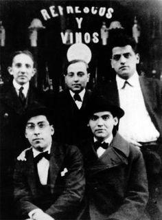 En diciembre del año 1927 Lorca se reune con varios poetas en Sevillaen un acto organizado por la Sociedad Económica de Amigos del País.