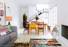 01-decoracao-sala-iluminada-moveis-coloridos-casa-antiga