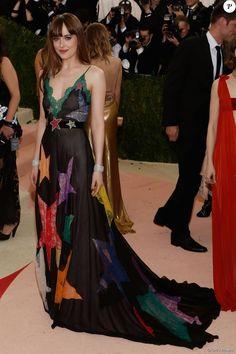 Dakota Johnson escolheu vestido Gucci com estampa de estrelas para ir ao Met Gala, em Nova York, nesta segunda-feira, 2 de maio de 2016