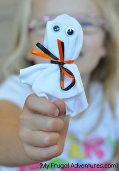 Easiest Halloween treat for kids. Ghost lollipops! Perfect for parties!