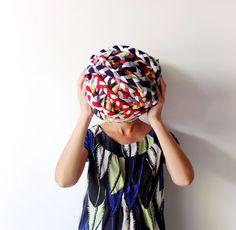 Quer ver como este tapete é feito de tiras de algodão (camisas velhas)? Veja todo o tutorial, super fácil. Já tinha visto esse tipo de ...