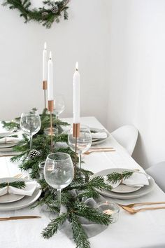 Scandinavian christmas decorations - how to create a modern christmas tablescape – Scandinavian christmas decorations Scandinavian Christmas Decorations, Modern Christmas Decor, Christmas Interiors, Decoration Christmas, Xmas Decorations, Simple Christmas, Christmas Home, Christmas Holidays, Elegant Christmas