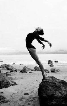Een diagonale compositie ,   Omdat de vrouw in een diagonale lijn staat , hierin zie je ook weer een beweging.