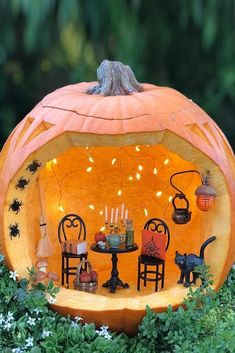 Pumpkin Diorama Carving Idea ★ Want to impress everyone with fascinating pumpkin carving ideas? Here you will find creative and easy designs, as well as unique DIY ideas that will make this Halloween unforgettable. Disney Halloween, Halloween Party Decor, Easy Halloween, Halloween Pumpkins, Halloween Crafts, Halloween 2020, Vintage Halloween, Halloween Labels, Halloween Witches