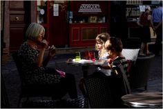 Paris, 46 ans plus tard, ou quel regard après l'absence? Je suis photographe, et je suis Iranien. Elevé à Paris, et après quatre décennies d'absence teintées d'aventures, de révolution et de guerre, me revoilà dans la Ville Lumière à la beauté immuable, avec ses nouvelles donnes, la modernité, la crise économique et le vivre-ensemble. Voici un autre regard sur Paris, nostalgique, coloré, plein de tendresse mais aussi de questions. J'aimerais partager ces images avec vous…