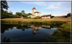Saint Justin - Landes - Après avoir défendu la vie de nombreuses personnes durant les périodes troubles, l'église fortifiée de Douzevielle se repose en se mirant dans l'eau.