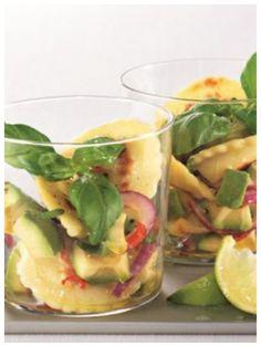 Appetitliches Häppchen im Glas - Pfannen Pasta mit Zucchini-Avocado Salat | http://eatsmarter.de/rezepte/pfannen-pasta-mit-zucchini-avocado-salat