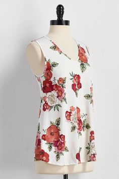 An allover floral print and flattering v-neckline make this tank an essential. #versona #shopversona #myversonastyle #floralprint #floral #tank #summerstyle