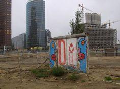 Pequeno pedaço do muro foi conservado entre prédios comerciais no centro de Berlim  Foto: Getty Images
