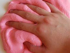 Hier gibt es ein super cooles und DIY für euch. Und zwar einen Fluffy Slime! Einfache Schitt für Schitt Anleitung. Tagelanger Spaß am kneten und spielen.