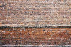 Les briques près de la fenêtre s'effritent comme des mille-feuilles, et les joints eux-mêmes se défont en grossière farine. Un enduit hydrofuge freinerait-il la détérioration?